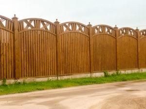 Деревянный забор с узорами