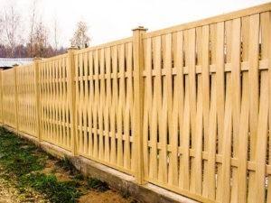 Деревянный забор привлекательный