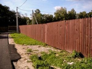Деревянный забор коричневый