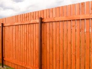 Деревянный забор штакетником