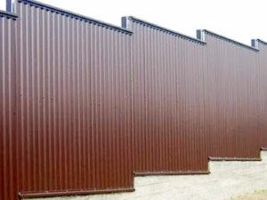 Забор из профлиста ступенями