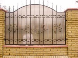 Забор из поликарбоната кованый
