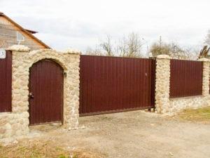 забор из профнастила с камнем