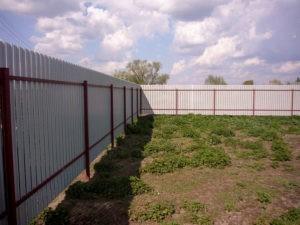 дешевый забор из профнастила на 2 х лагах