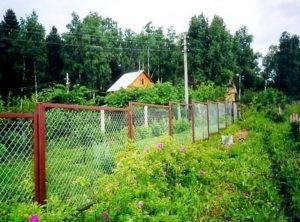 забор из рабицы склон