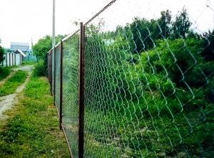 забор из сетки рабицы дача