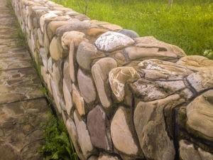 забор из камня установка